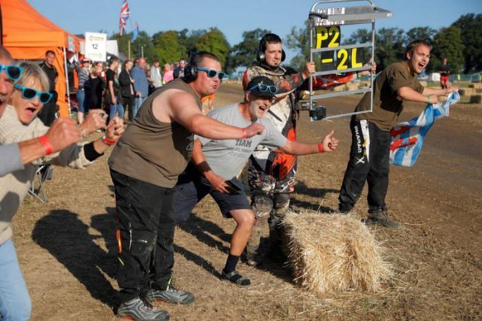 12-часовые гонки на газонокосилках (19 фото)