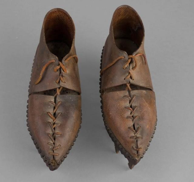 Для чего использовалась эта обувь с шипами на подошве? (6 фото)