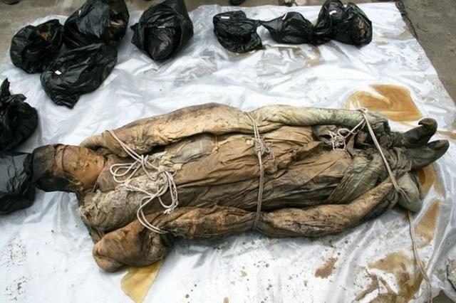 Дорожные рабочие из Китая раскопали гробницу (6 фото)