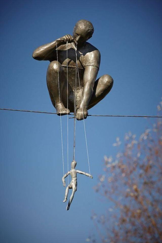 Скульптуры, которые заставят вас задуматься (22 фото)