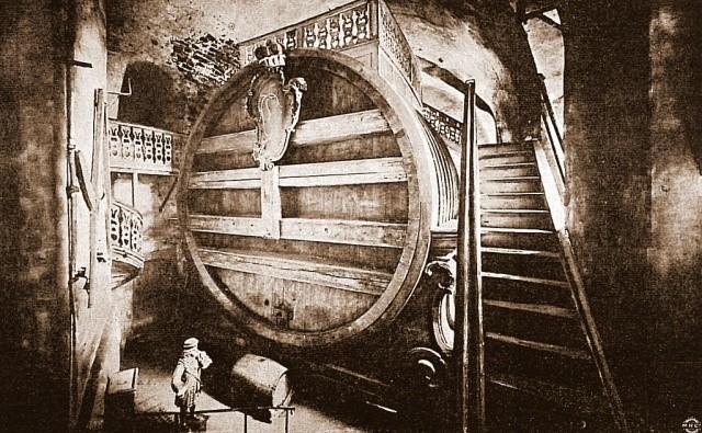 Самая большая в мире бочка для вина, построенная в 1751 году (6 фото)