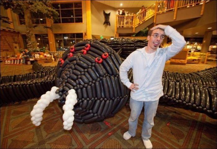 Паук, сделанный из скрученных воздушных шариков (8 фото)