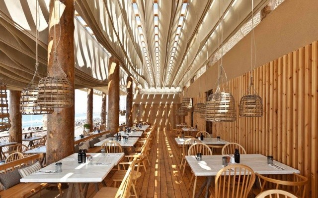 Необычный дизайн пляжного ресторана в Греции (6 фото)