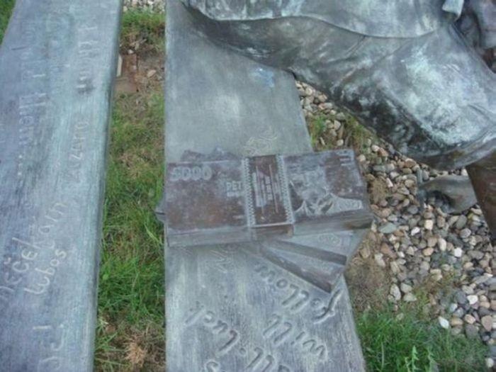 Странный памятник (4 фото)