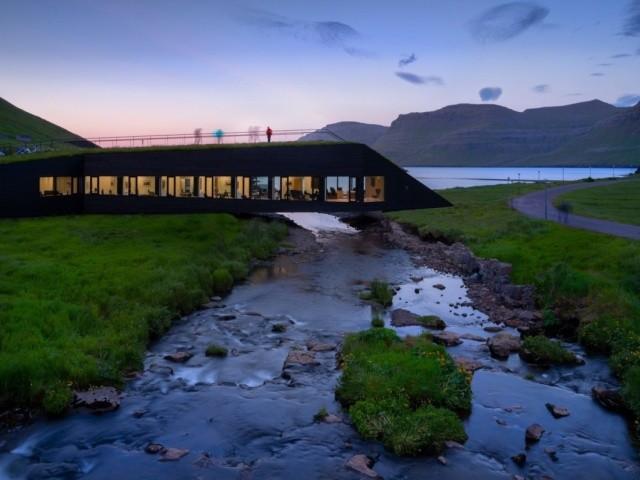 Здание-мост через реку на островах (6 фото)
