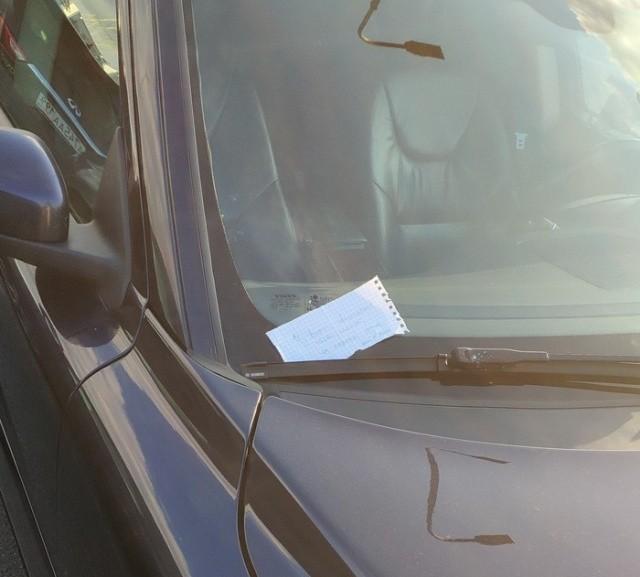Интересная записка под дворником автомобиля (2 фото)