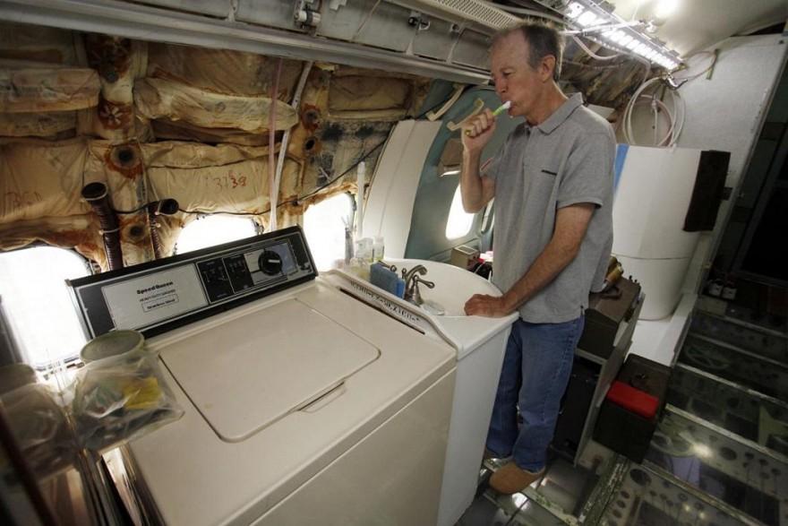 Пенсионер из США живет посреди леса в Boeing 727