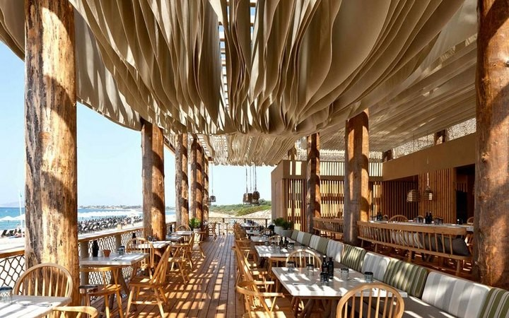 Ресторан в Греции с волнами на потолке