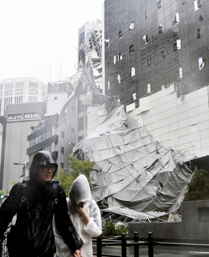На Японию обрушился самый мощный за 25 лет тайфун