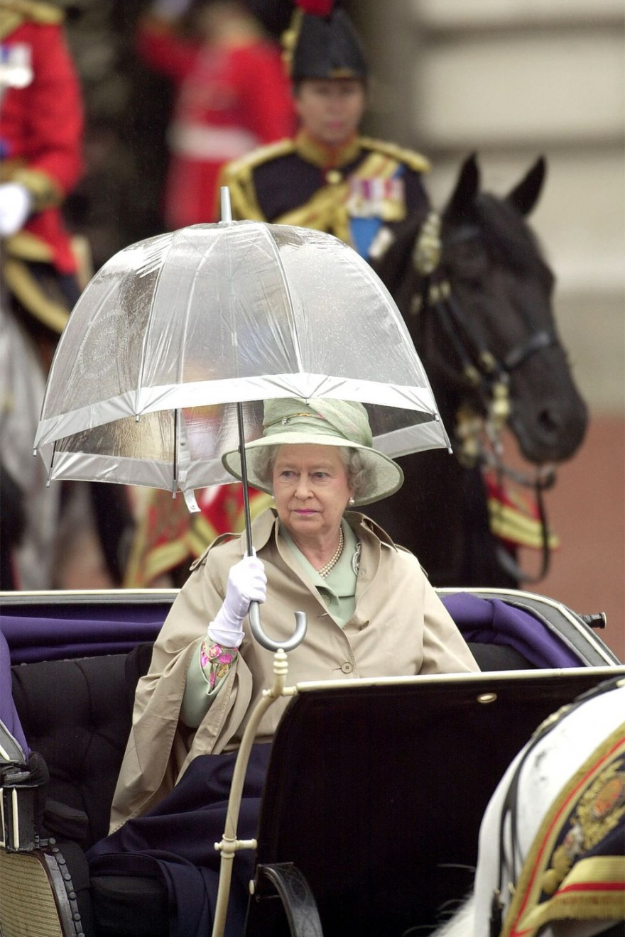 Почему у Елизаветы II в личном гардеробе много зонтиков