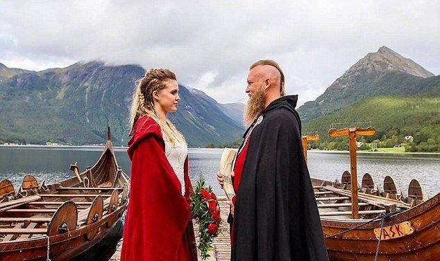Норвежская пара сыграла свадьбу в стиле викингов (15 фото)