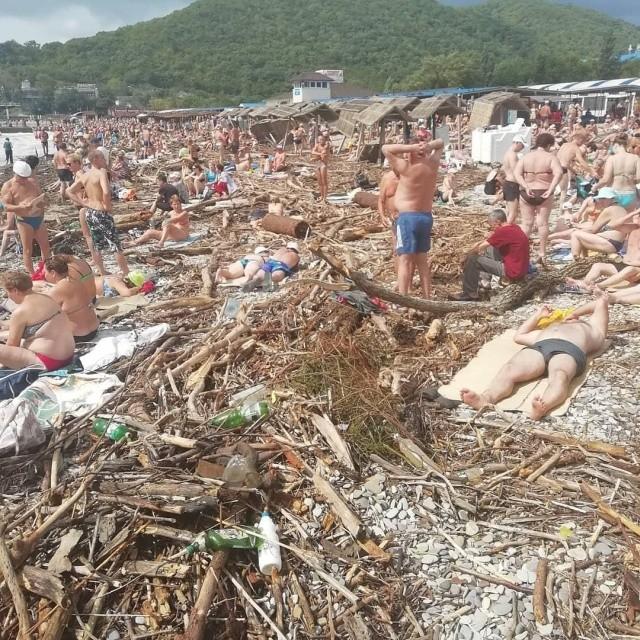 Разрушенный пляж и горы мусора не помеха для отдыхающих