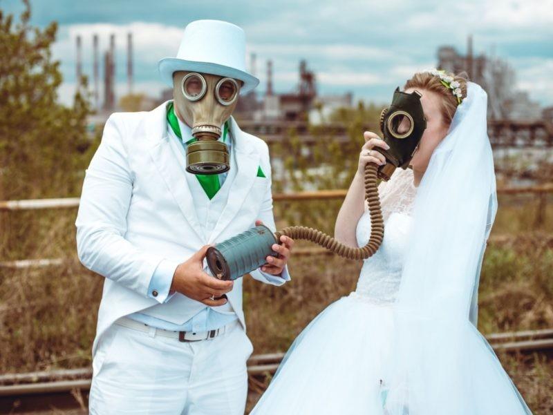 Челябинские молодожены устроили фотосессию в противогазах