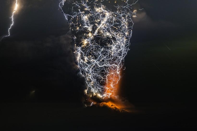 Невероятные снимки грозы над извергающимся вулканом