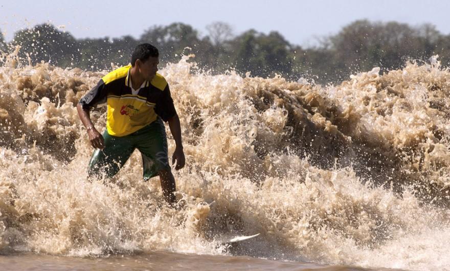 Уникальное явление природы: приливные волны в объективе