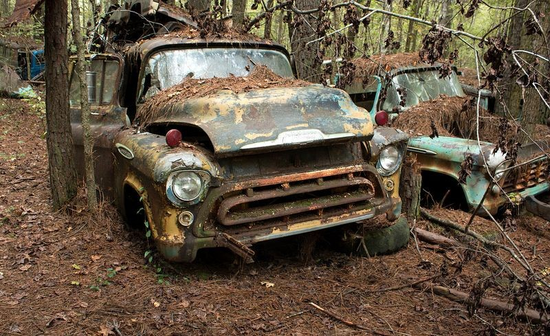 Стоянка старых автомобилей