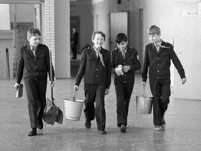 Почему форма советских школьниц так похожа на униформу горничных
