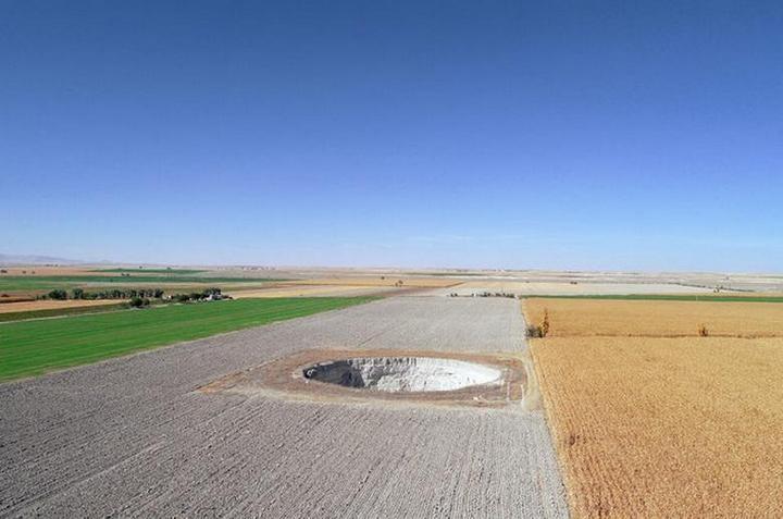 На кукурузном поле в Турции образовался провал