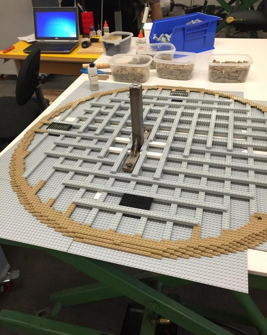 Процесс создания скульптуры из Lego в натуральную величину