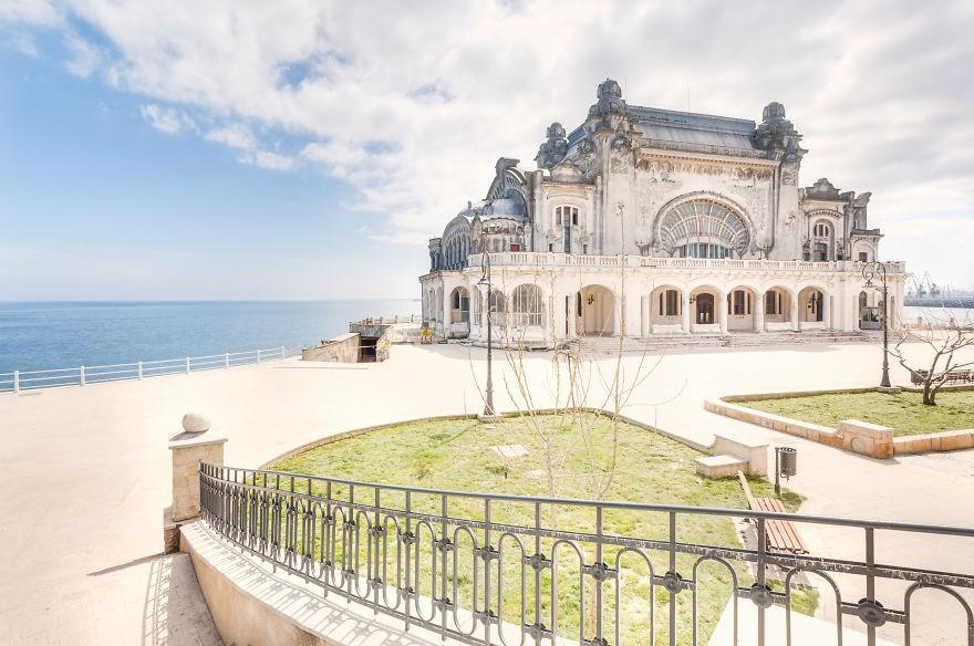 Заброшенное казино на самом берегу моря