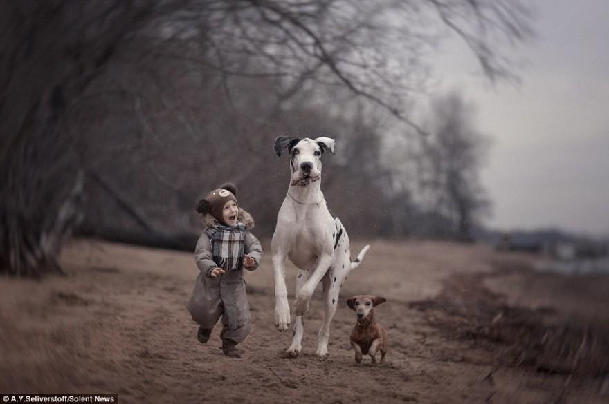 Дети и их огромные четвероногие друзья