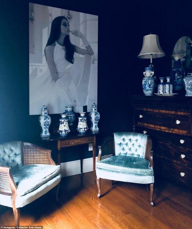 Обстановка в доме Кэтрин Зеты-Джонс: огромные комнаты и море розовых орхидей
