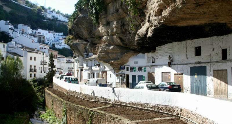 Необычный город в скале
