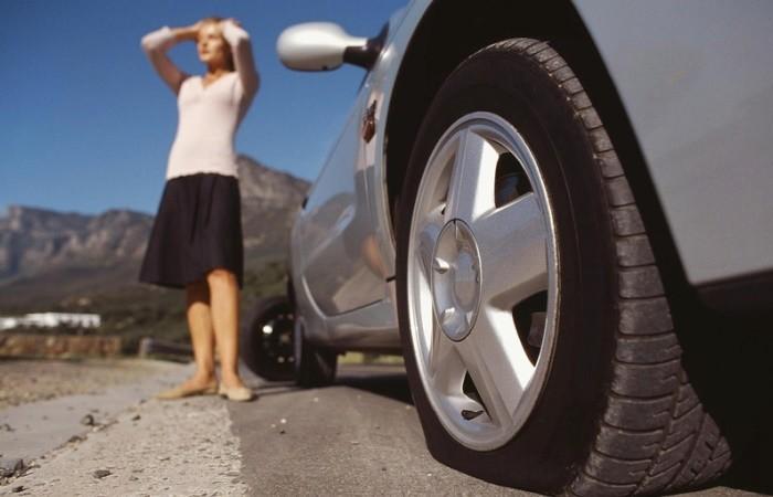 Как накачать колесо в автомобиле с помощью подручных средств
