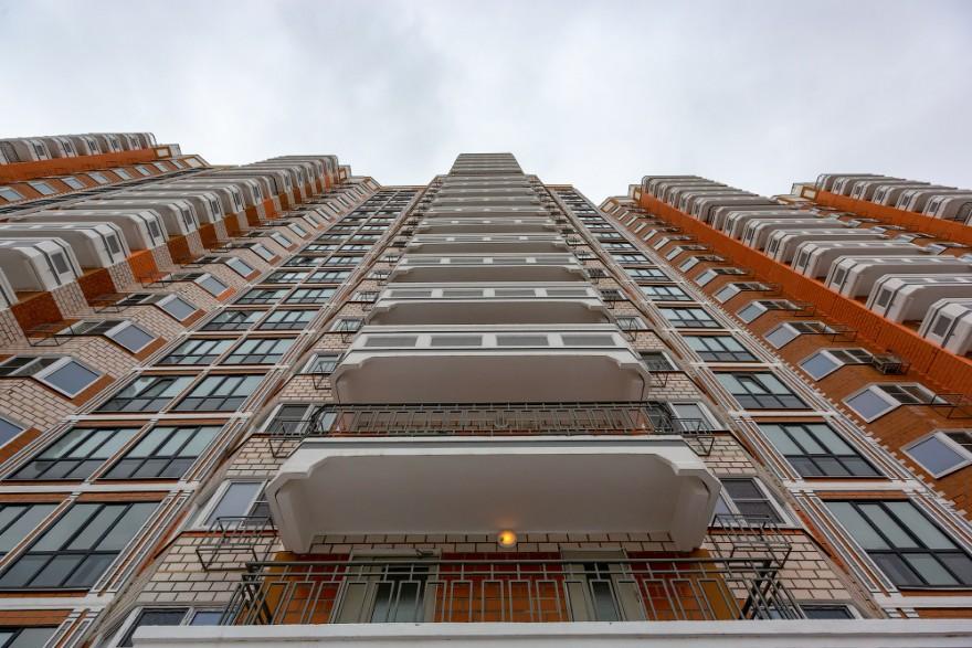 В Москве заселяют новый дом, построенный по программе реновации