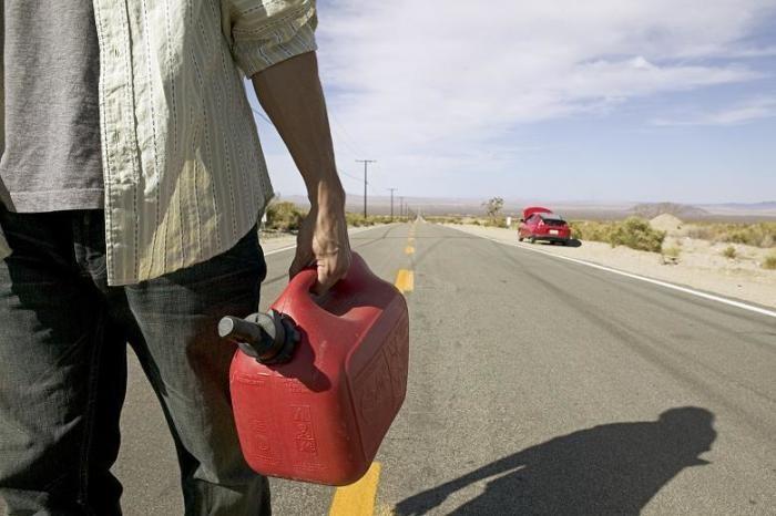 Если загорелась лампочка низкого уровня топлива, то сколько можно проехать на авто