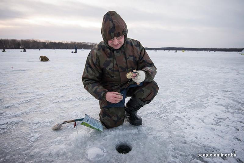 Подледная ловля на Минском море
