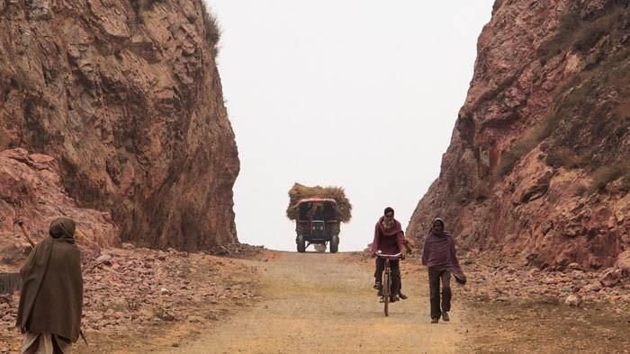 Индийский крестьянин 22 года в одиночку прорубал дорогу через скалы.